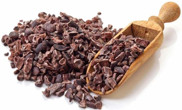 Cacao-nibs-with-small-wood-scoop